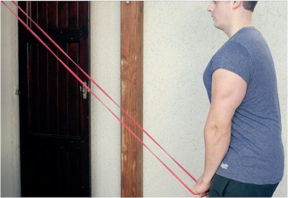 Spinte con elastico per tricipiti